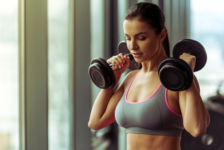 Тренировочный комплекс из 6-ти упражнений для красивых рук для женщин