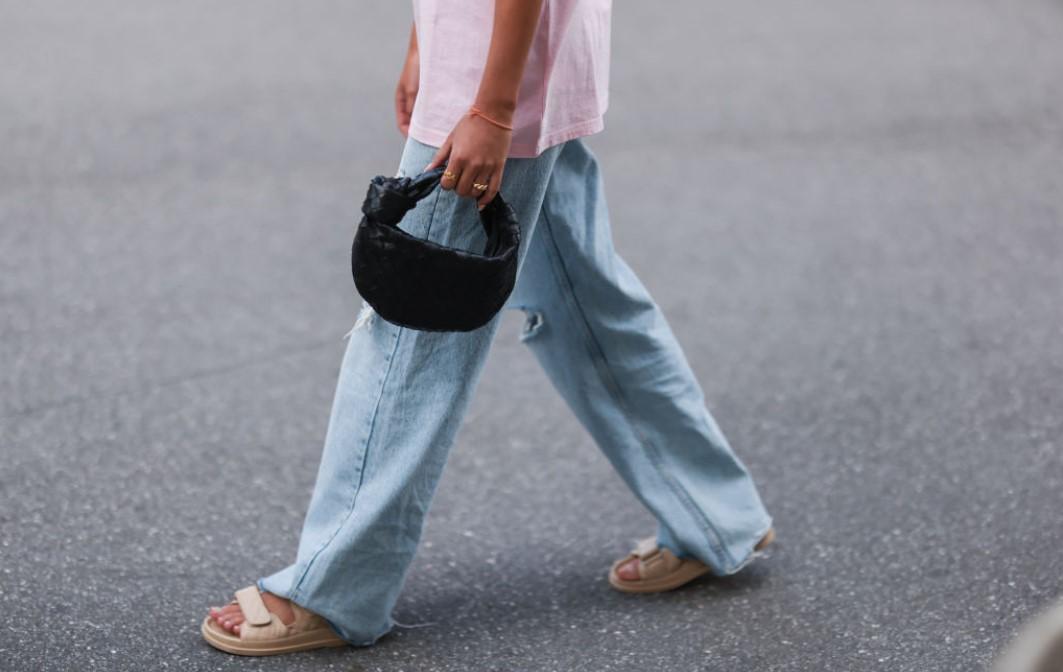 Какие джинсы мы будем носить осенью 2021: 5 трендовых моделей