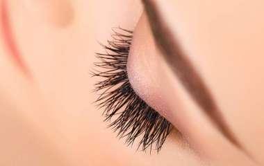 Офтальмолог предупредила об опасности наращивания ресниц