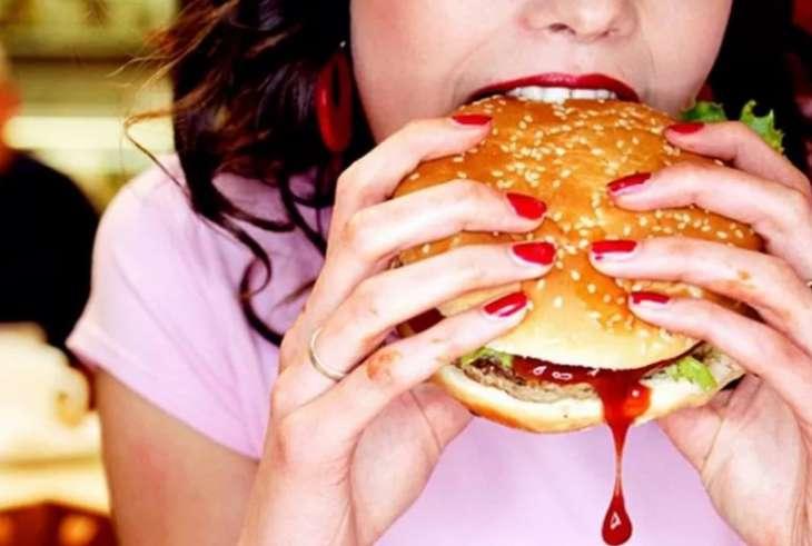 Ученые заявили, что недосыпание приводит к потреблению вредной и жирной пищи