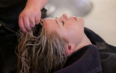 Как мыть голову в два раза реже: 9 советов от парикмахеров