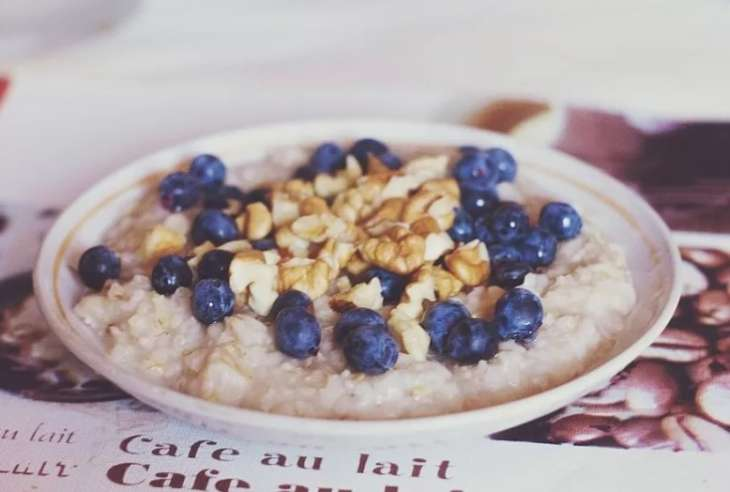 Диетологи назвали пять продуктов, которые нельзя есть на завтрак.