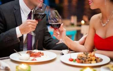 Первое свидание в ресторане: что может рассказать о мужчине его поведение за столом
