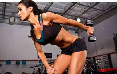 Укрепляй мышцы: махи гантелями в стороны для красивых плеч и спины