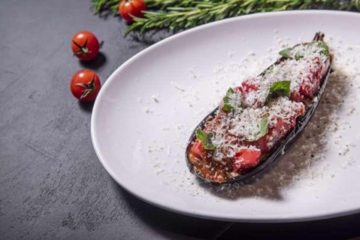 Думаете, что не любите готовить? Этот рецепт баклажана «Пармиджано» вас переубедит