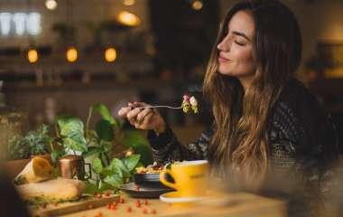 От каких 4 привычек во время еды нужно избавиться, чтобы начать худеть