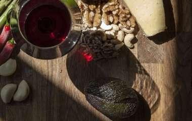 Чеснок и красное вино помогут избавиться от лишнего веса и холестерина