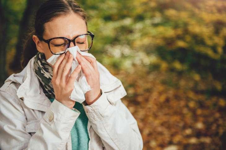 Специалист объяснил опасность чихания с закрытым носом и ртом