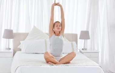 5 упражнений для расслабления спины, которые можно выполнить, лежа в кровати
