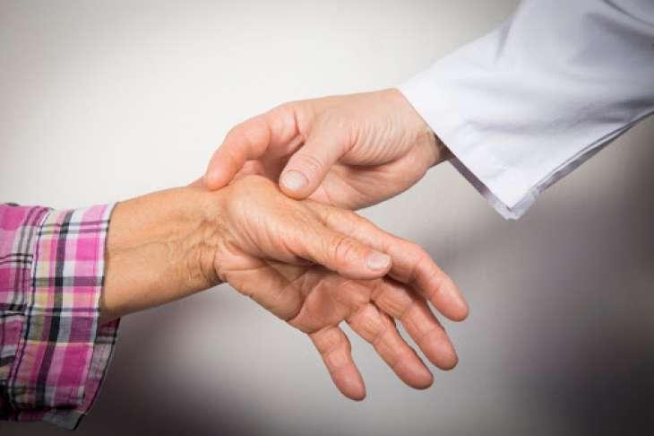 Артрит: названы первые симптомы и факторы риска