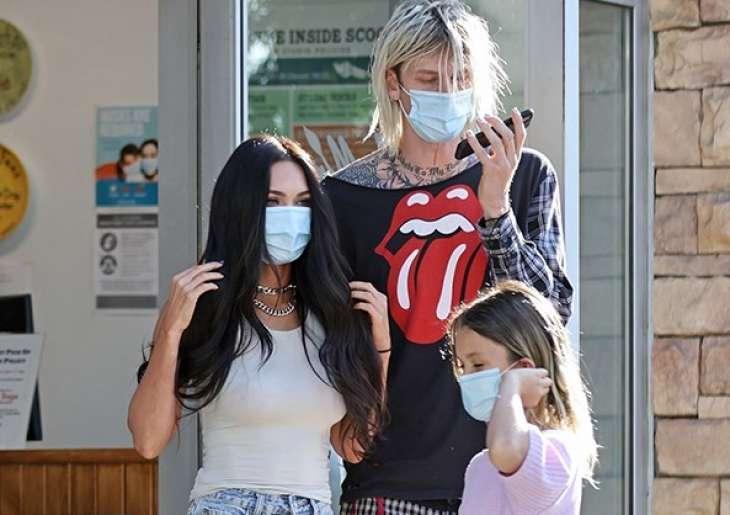 Меган Фокс вместе с сыновьями и возлюбленным Колсоном Бэйкером была замечена на прогулке в Лос-Анджелесе