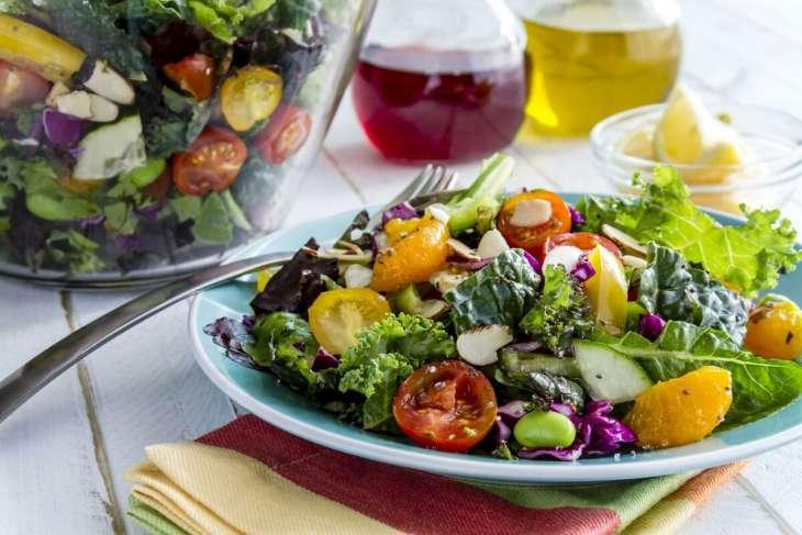 Питаемся правильно: 4 совета и 5 рецептов легких салатов от диетолога
