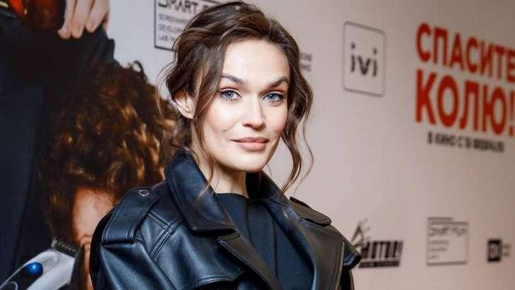 Позируя фотографам на премьере фильма, Алёна Водонаева показала кружевное нижнее бельё