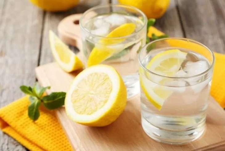 Врач развеял мифы о пользе воды с лимоном