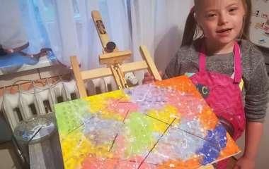 Елизавету II тронула картина 12-летней девочки с синдромом Дауна