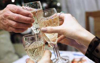 Нарколог рассказал о двух поводах для употребления алкоголя