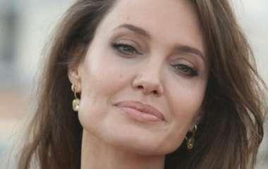 Анджелина Джоли после развода с Брэдом Питтом встречается с двумя мужчинами одновременно