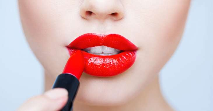 Чем опасна губная помада?