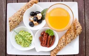 Перекусы и отказ от завтрака: развеиваем мифы о правильном питании