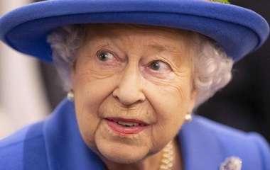 Светится от счастья: Елизавета II гордится принцем Уильямом