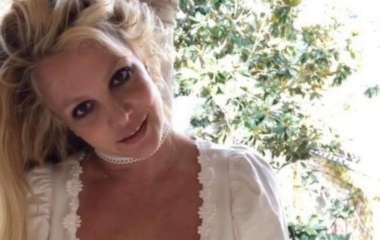 Бритни Спирс сняла лифчик в ответ на совет врачей сделать пластику