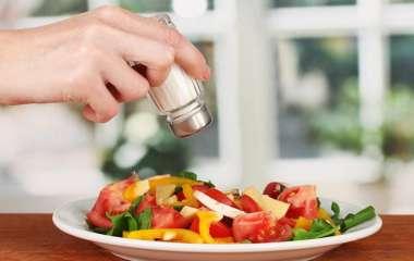 Диетолог предостерегла от употребления соленой пищи на ночь