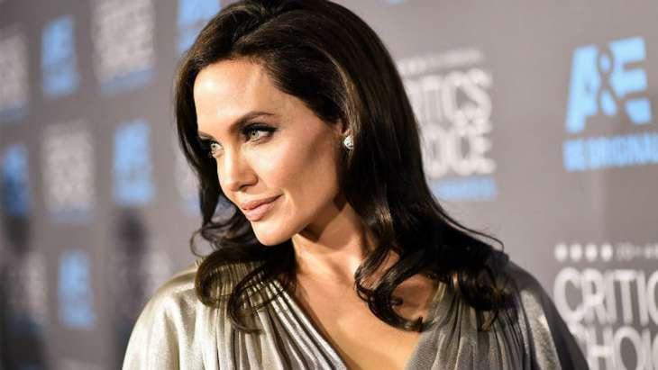 Топ-4 самых провальных образов Анджелины Джоли