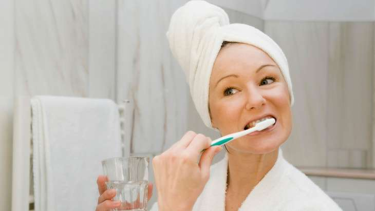 Ученые рассказали почему нельзя чистить зубы сразу после еды