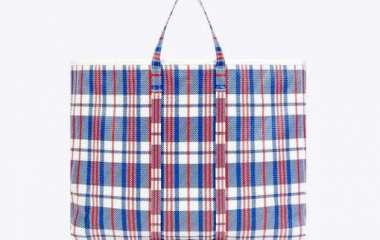 Balenciaga выпустил клетчатую хозяйственную сумку. Она стоит более 2 тысяч долларов. Фото