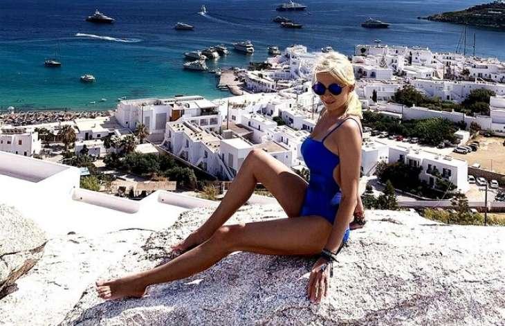 Яна Рудковская на отдыхе демонстрирует свои длинные ноги в коротком платье