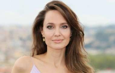 Актриса Анджелина Джоли завела роман с темнокожим рэпером The Weeknd