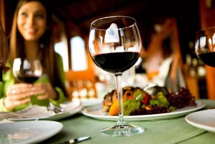 Главный нарколог рассказал, какую опасность влечет за собой бокал вина за ужином