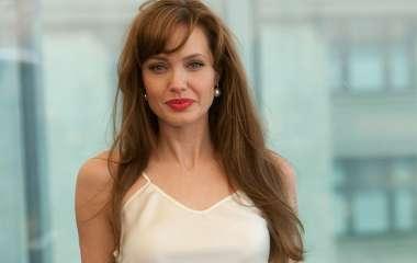 Анджелина Джоли познакомила дочерей с молодым бойфрендом: фото