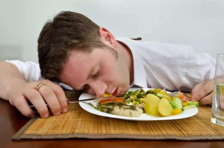 Эксперты рассказали о негативных последствиях сна после сытного обеда