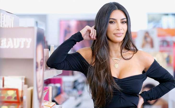 Ким Кардашьян высмеяли за попытку втиснуться в латексный костюм для худышек