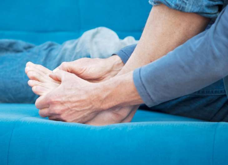 Признак высокого уровня холестерина можно заметить на пальцах ног
