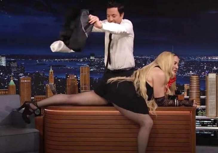Мадонна появилась на американском телешоу с полуоголенными ягодицами и вогнала зрителей в ступор