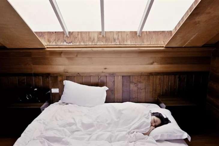 Врач рассказал, почему не стоит спать в теплой комнате