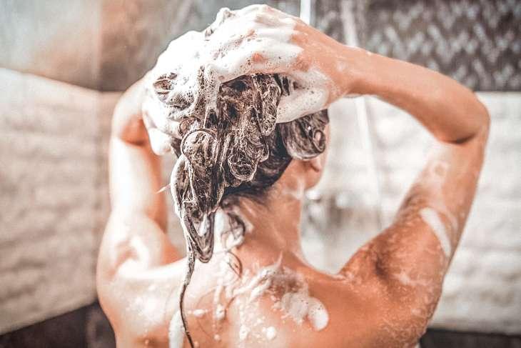 Как правильно мыть голову: 12 советов от врача