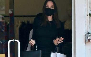 Анджелина Джоли в образе total black на шопинге в Лос-Анджелесе с дочерью Захарой
