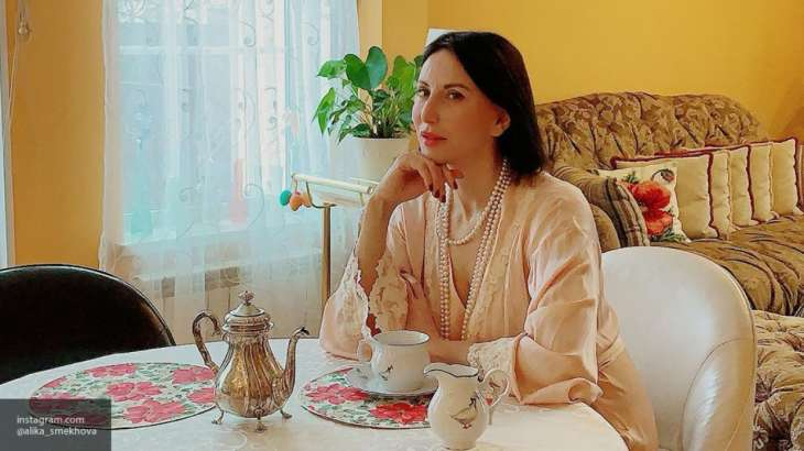 Алика Смехова в пиджаке и кедах позировала в ресторане