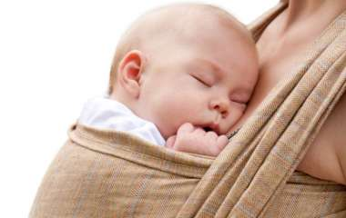 Колики у ребенка: симптомы и первая помощь