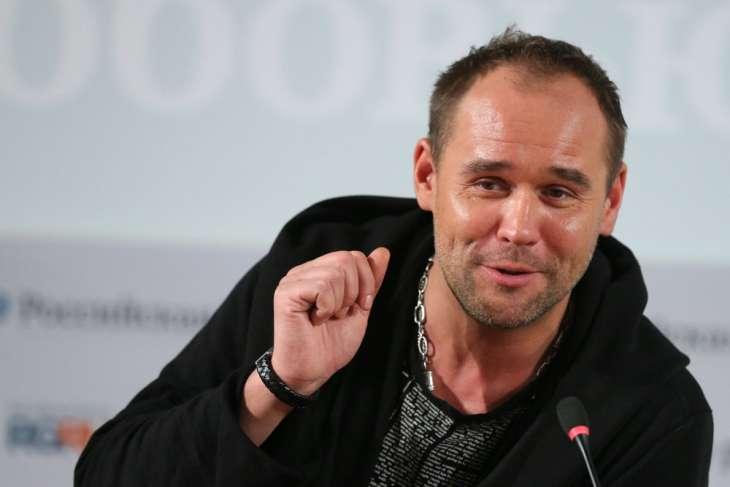 Актер Максим Аверин расплакался в эфире шоу на «России-1» из-за смерти матери
