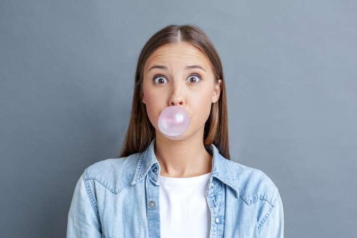 Диетолог рассказала об опасности проглатывания жвачки
