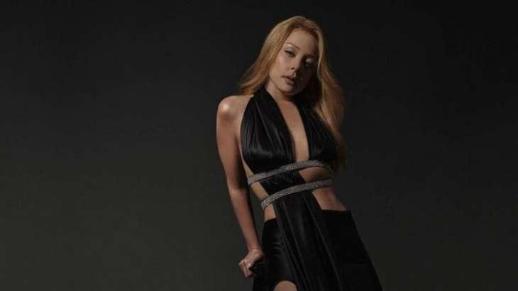 Тина Кароль показала секси-фото в черном платье с глубокими вырезами