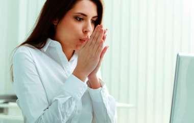 Врач назвал холодные руки симптомом опасных заболеваний