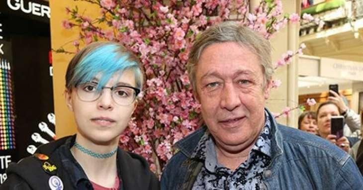 Дочь Михаила Ефремова примерила уши, перекрасила волосы и упала в объятия девушки, подозрительно похожей на дочь Леонида Якубовича