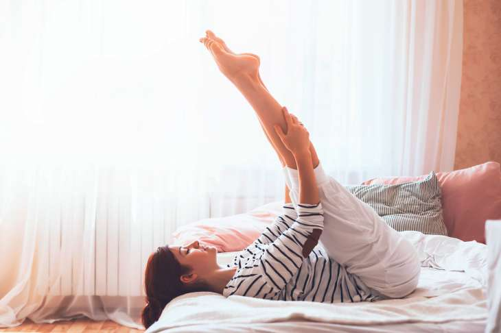 6 упражнений для идеальной фигуры, которые выполняются в кровати