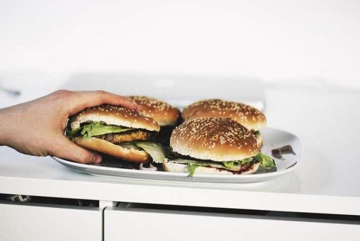 Медики развеяли миф о вреде пищи после шести вечера