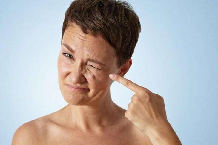 Невролог назвала дергающийся глаз симптомом болезни Паркинсона